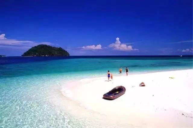 蓝天,碧海,白浪,细沙,阳光,绿树,海鲜,还有水上活动,象岛的海水浅蓝